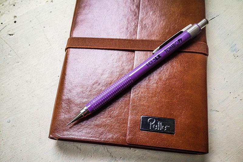 Doksanların gözde kalemi Tombow 0.5LX. Bunun bir üst modelinin klips kısmı dönebiliyordu. Döndükçe de H-HB-B-2B gibi yazılar beliriyordu; kalemin içine hangi ucu koyduğunuzu bilin/hatırlayın diye. İşte o kalem bizim zamanımızın en teknolojik, en sıradışı kalemiydi; onu da arıyorum!